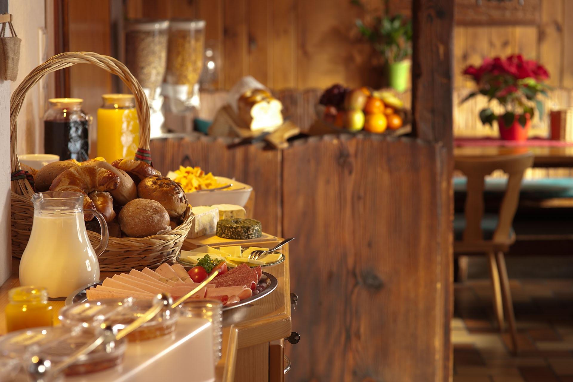Frühstücksbuffet - nicht nur lecker, sondern gut fotografiert (Foto Claudia Viloria/Unsplash)